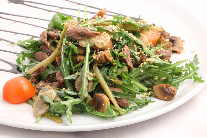 Вкусный салат с шампиньонами и говядиной