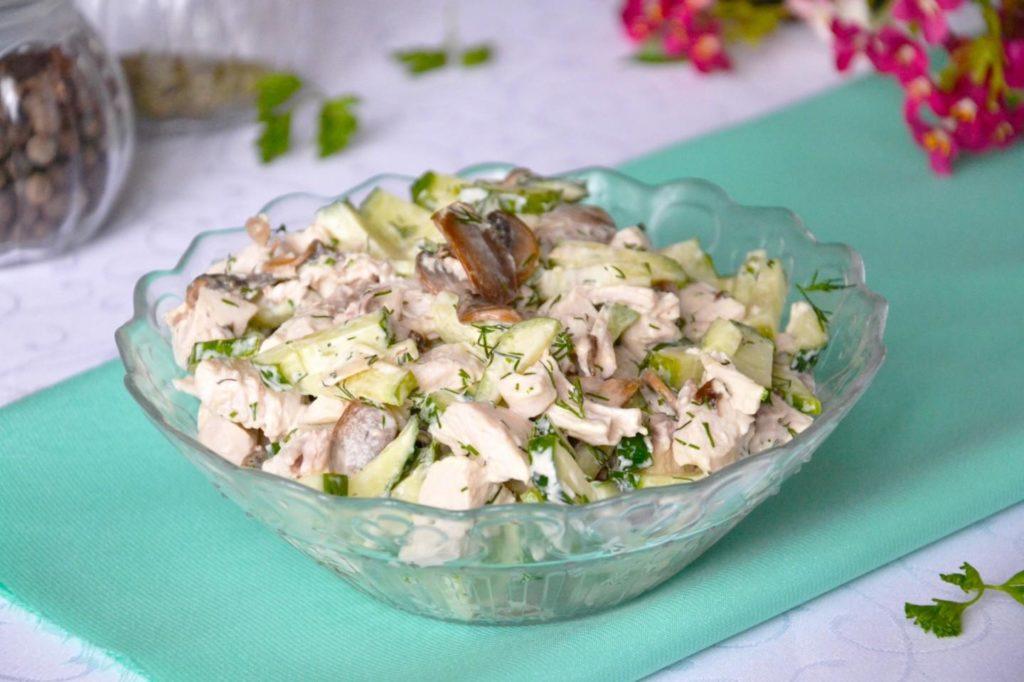 Фото салата с жареными шампиньонами курицей и огурцом