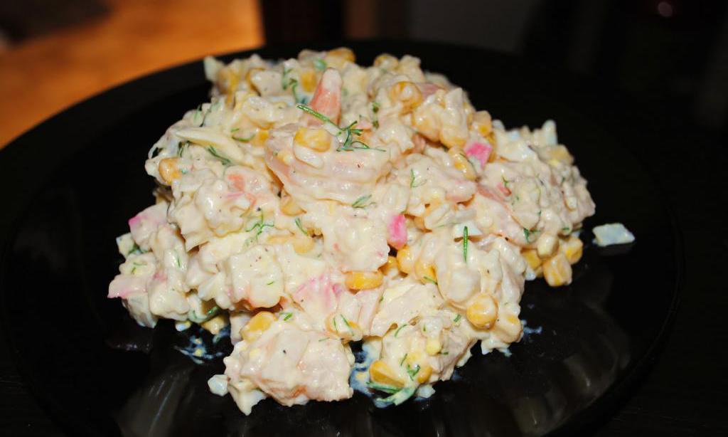 Вкусный салат из крабовых палочек и жареных шампиньонов