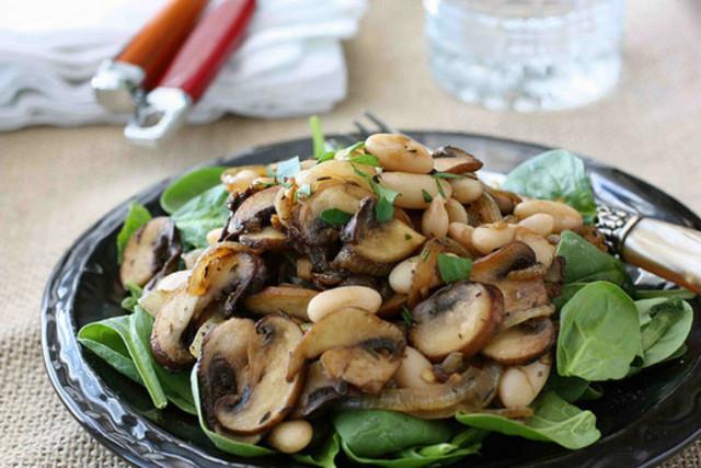 Салат из жареных шампиньонов с фасолью