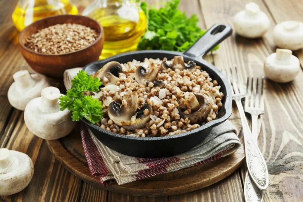 Гречневая каша с шампиньонами и овощами