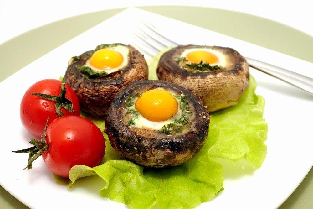 Королевские шампиньоны, фаршированные перепелиными яйцами