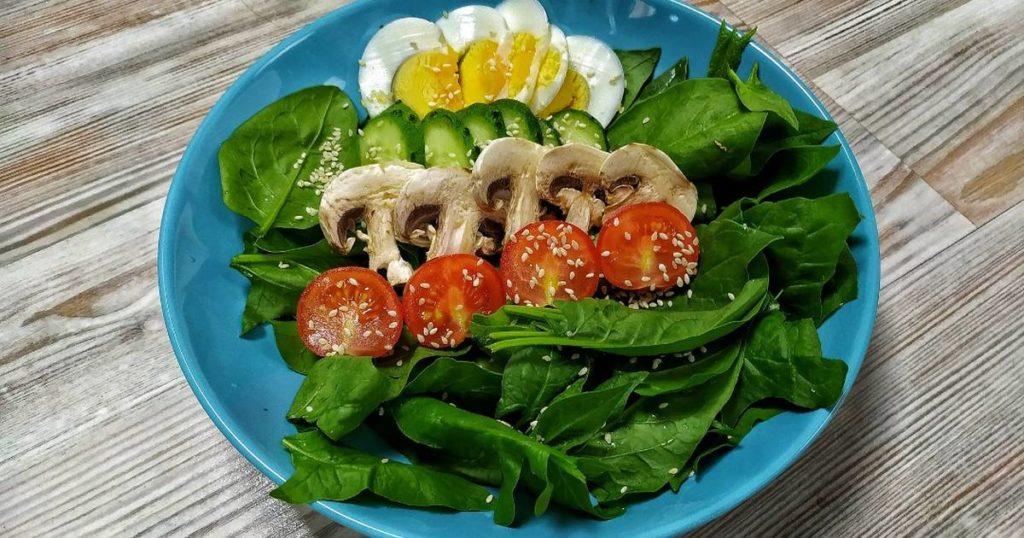 Салат с королевскими шампиньонами помидорами и шпинатом