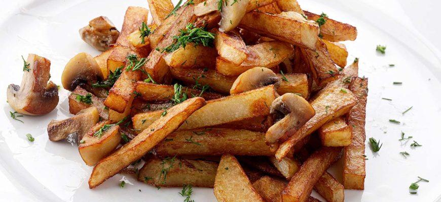 Жареная картошка с грибами шампиньонами на сковороде