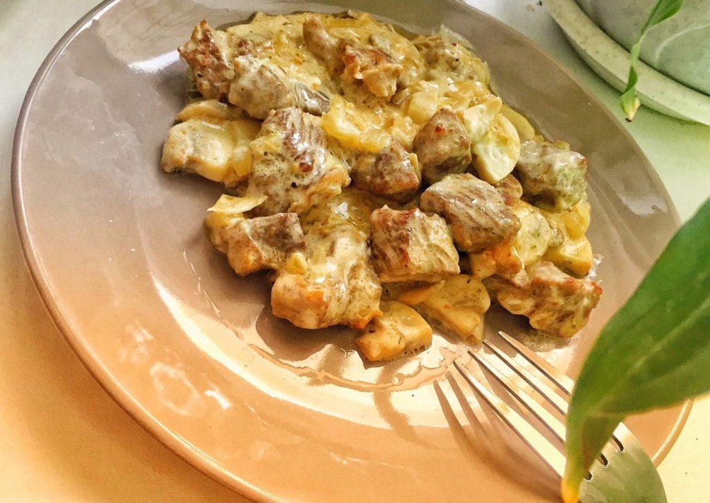 Рецепт индейки с шампиньонами в сметано-сливочном соусе