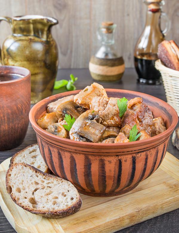 Индейка в сметано-сливочном соусе с шампиньонами в мультиварке