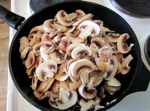 Разогреваем сковороду, выкладываем шампиньоны и оставляем на небольшом огне до испарения жидкости, главное не ужаривать грибы.