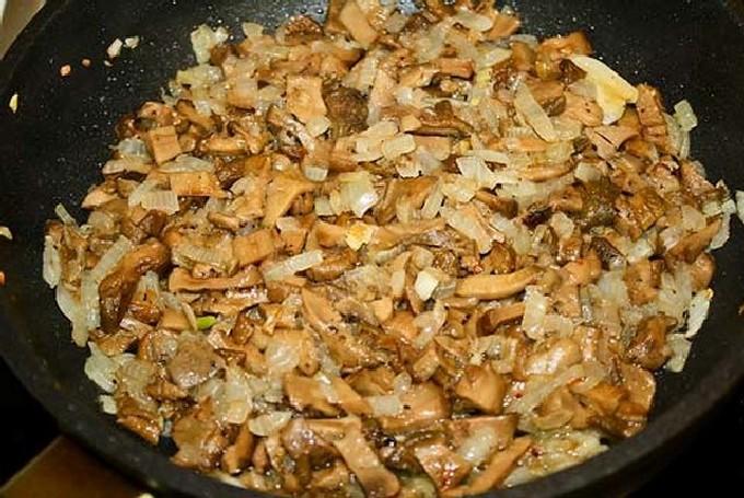 Теперь можно увеличить немного огонь, выкладываем лук и добавляем растительное масло.