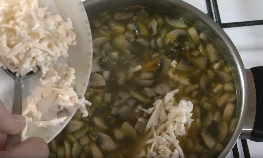После чего добавляем наши грибы с луком и оставляем еще вариться минут на 10.