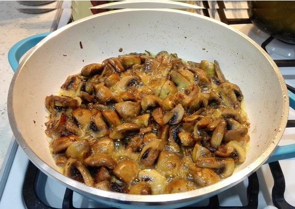 Ориентируйтесь на влагу, когда она полностью испарится, можно добавлять сметану и красный перец.