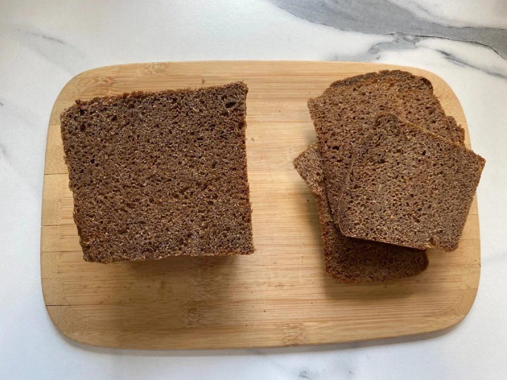 Подготавливаем хлеб, можно использовать любой, но с бородинским вкус получится более раскрытым.