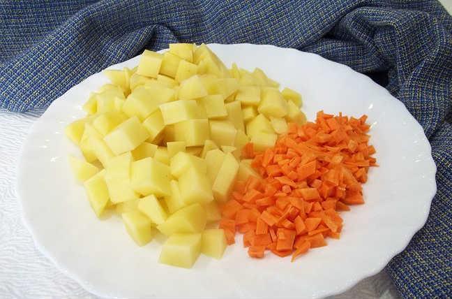 Режем морковь в зависимости от вкусовых предпочтений, картошку кубиками.