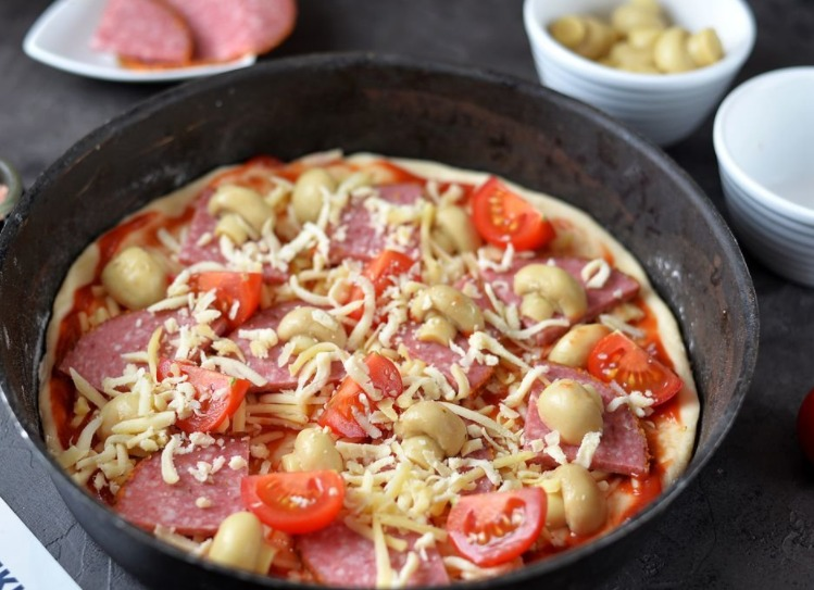 Добавляем помидоры, присыпаем все сыром и ставим в уже разогретую духовку (200 градусов) на минут 20.