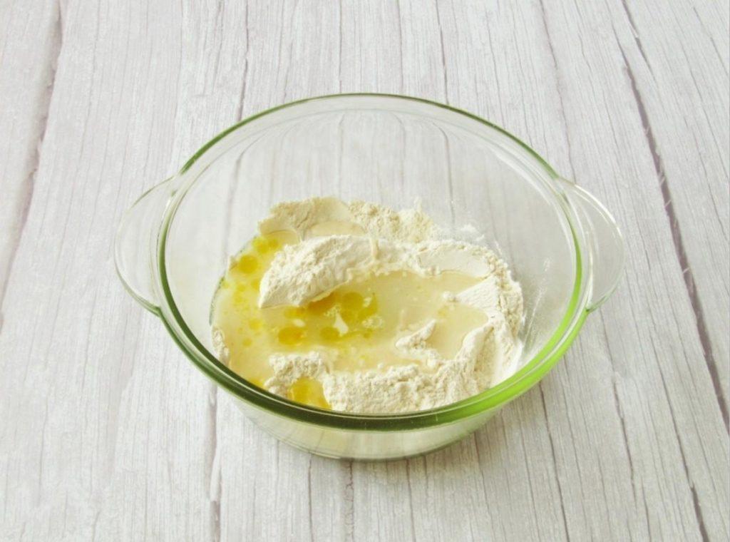 Добавить оливковое масло и подсоленную воду.