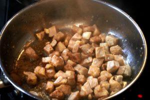 мясонужно обжаривать на большом огне в течение 4 минут, до того момента, пока на мясе не появиться корочка золотистого цвета