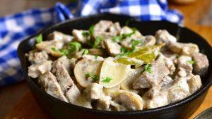 В завершении, после того, как выключите плиту, попробуйте блюдо на вкус, если это необходимо добавьте перца и соли, мелко настригите зелёный лук в блюдо.