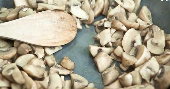 Выкладывайте грибы и жарьте несколько минут на большом огне до тех пор, пока не испарится вся влага. Не забывайте постоянно помешивать!