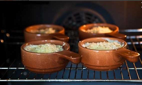 Добавляем тертый сыр и ставим в предварительно разогретую духовку (190 градусов) на 15 минут.