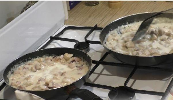В обе сковороды добавляем пару ложек муки, сливки, молоко, затем все перемешиваем и оставляем томиться на маленьком огне.