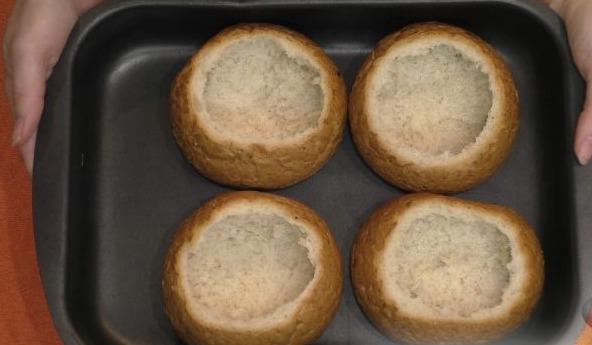 Из булочек достаньте всю мякоть и поставьте в духовку на 10 минут.