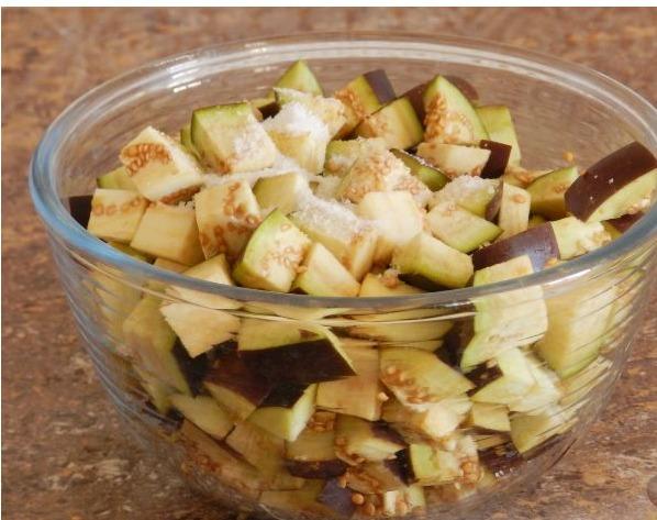 Нарежьте баклажаны, переложите их в глубокую тарелку, посолите и оставьте на полчаса, после чего промойте и отожмите.