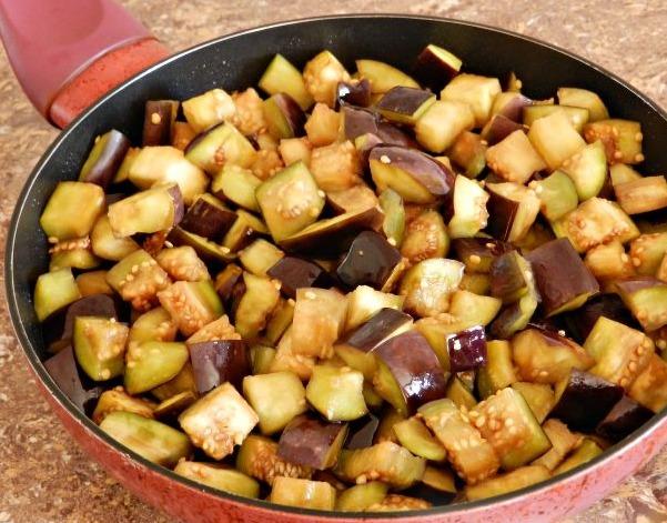 Отправляем баклажаны на разогретую сковороду и обжариваем в растительном масле до тех пор, пока они не обретут золотистый оттенок.