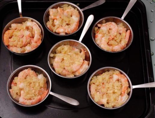 Затем просто следуйте одному из описанных рецептов: приготовьте соус, обжарьте лук, переложите все в специальные емкости, сверху посыпьте сыром и в духовку на 15 минут.