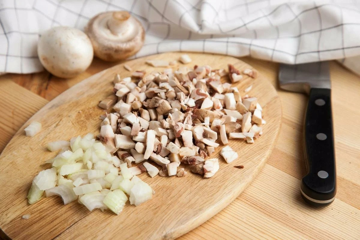 Промываем, очищаем и нарезаем грибы, чем меньше, тем лучше с луком и отправляем в сковородку.