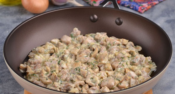 Добавляем к блюду сметану, укроп, чеснок, специи и готовьте в течение пяти минут, постоянно помешивая.