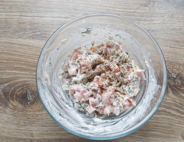В одной тарелке смешиваем мелко натертый сыр, нарезанные помидоры, мелко нашинкованные грибы, зелень, пару ложек сметаны и зелень.