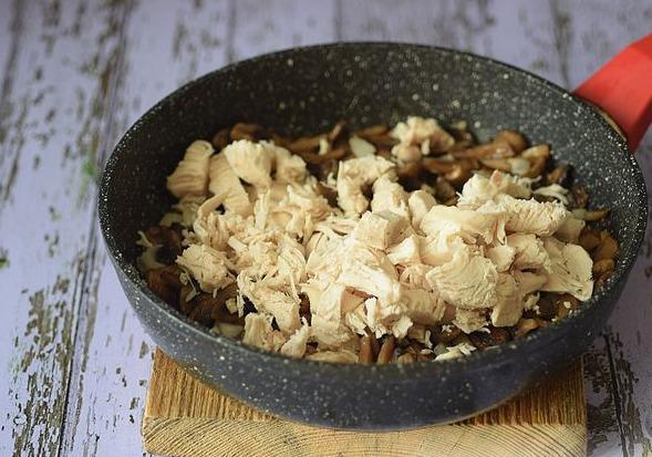 Отвариваем филе, нарезаем и отправляем к грибам на сковородку.