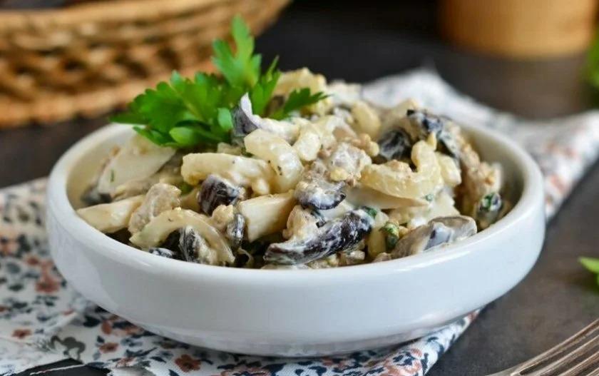 Рецепт салата с жареными шампиньонами и ветчиной