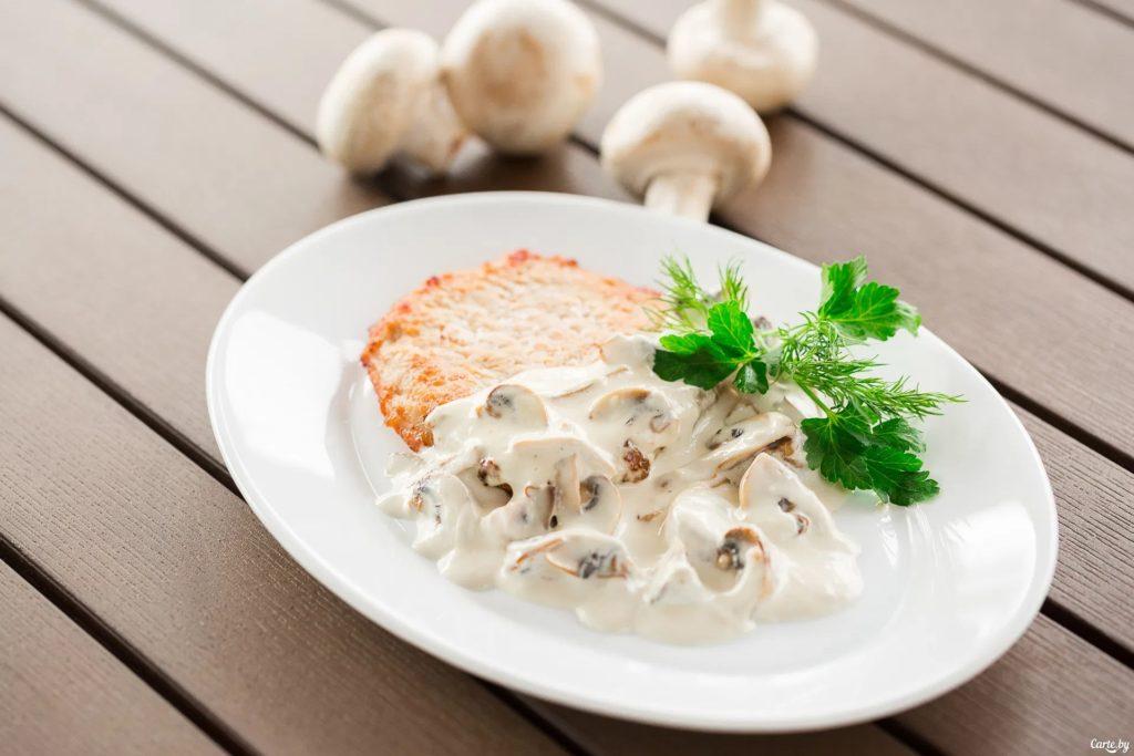 Вариация салата из жареных шампиньонов с сыром и яйцом