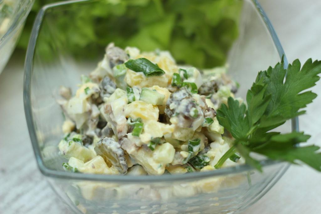 Салат из копченой курицы и жареных шампиньонов