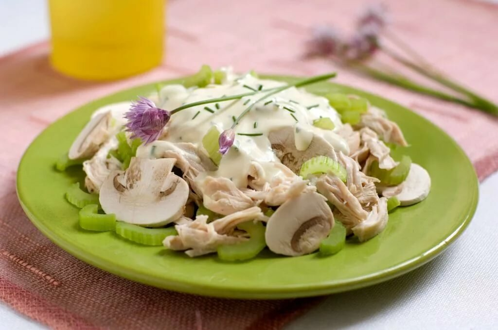 Простой салат из жареных шампиньонов и кукурузы