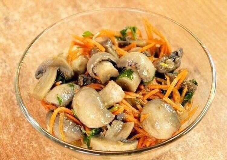 Рецепт салата из жареных шампиньонов и корейской морковки