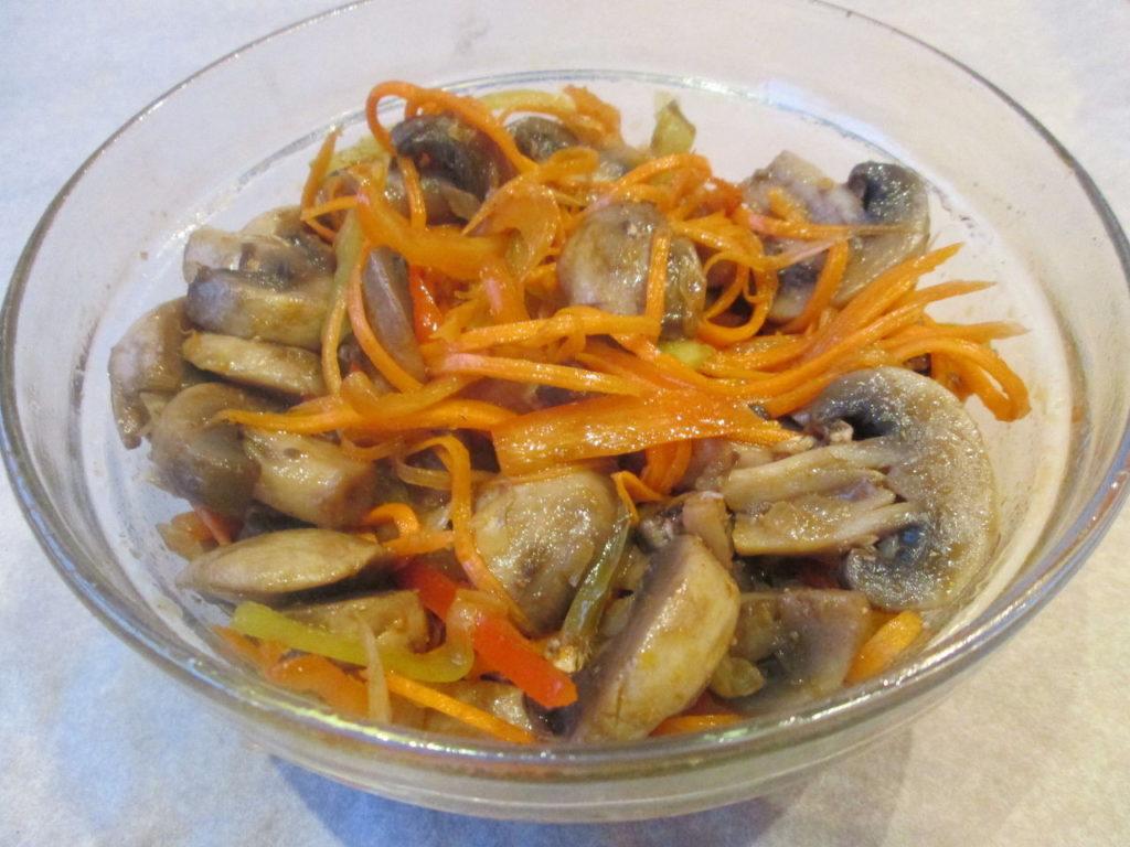 Как приготовить салат из жареных шампиньонов, курицы и сыра