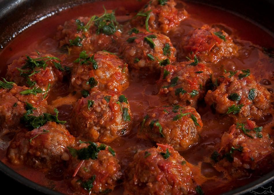 Тефтели из гречки и шампиньонов, запеченные в томатном соусе в духовке