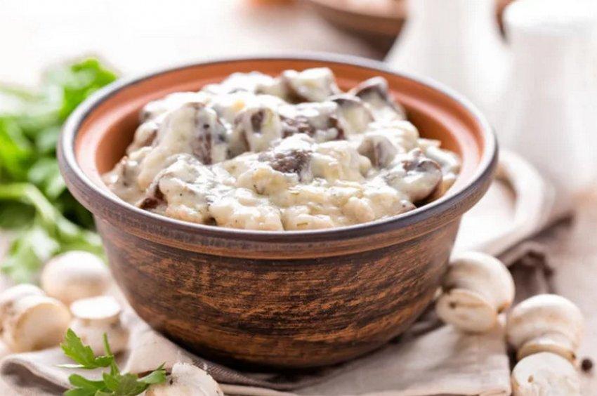 рецепт приготовления тушеных шампиньонов с мясом под сметаной