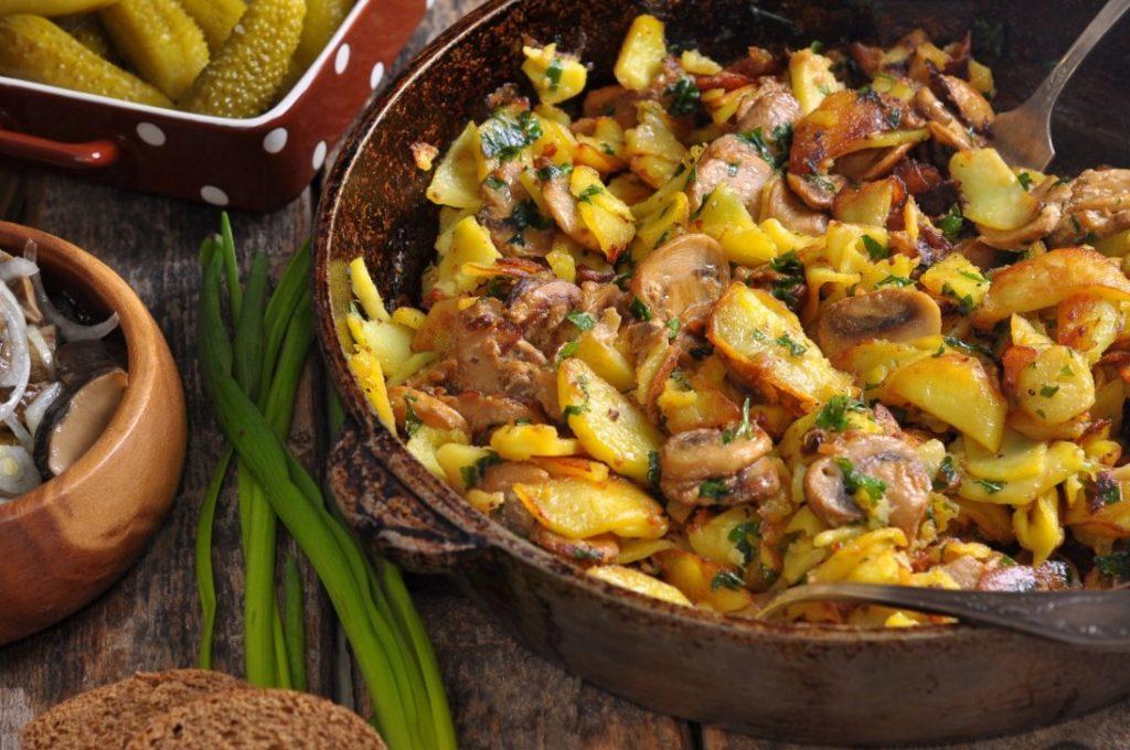 Простой и вкусный рецепт жареной картошки с шампиньонами и луком