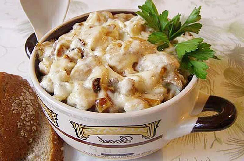 Шампиньоны с курицей под сметаной – вкусное блюдо, пальчики оближите