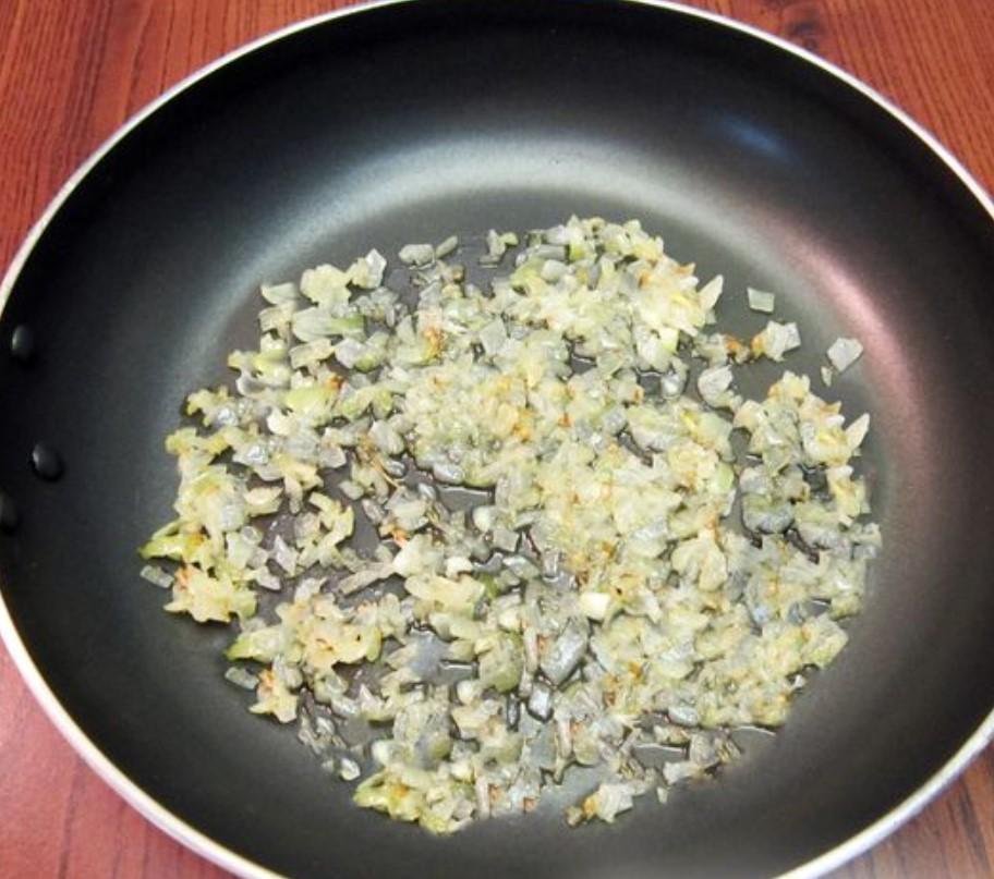На сковороде с растительным маслом обжариваем лук около 3 минут, до прозрачности.