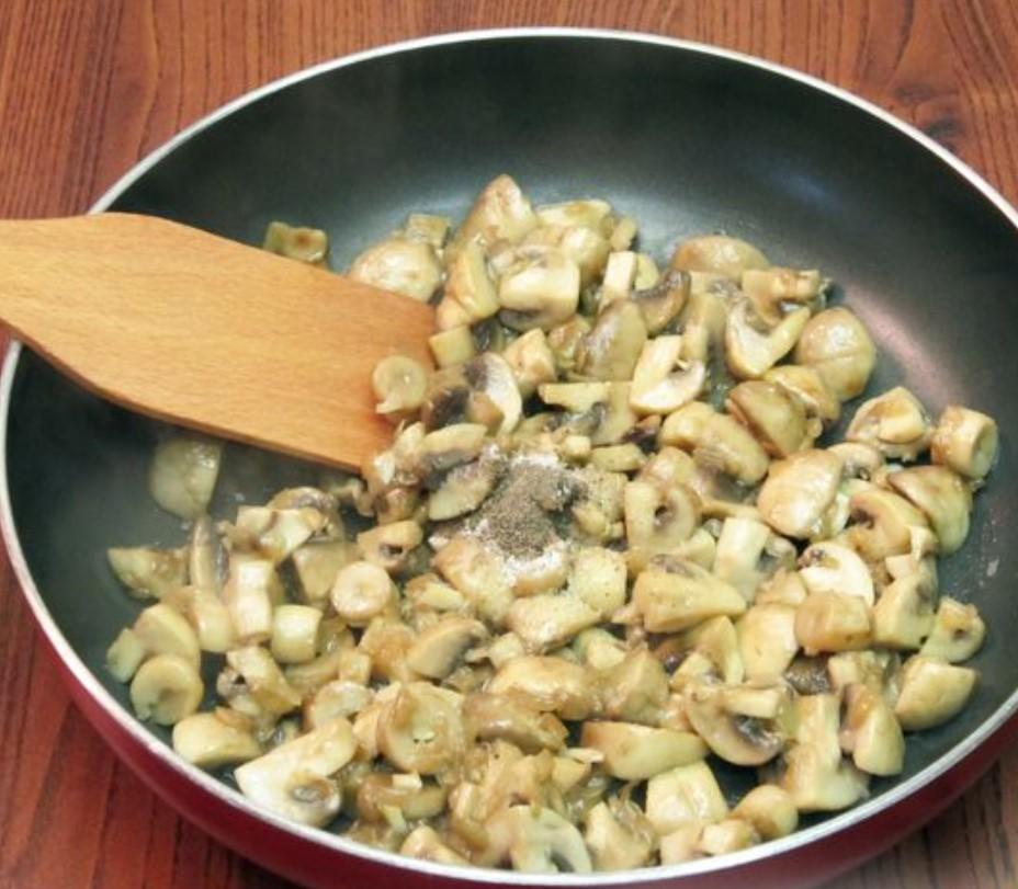 Грибы обжариваем около 10 минут. В это время добавляем соль и перец.