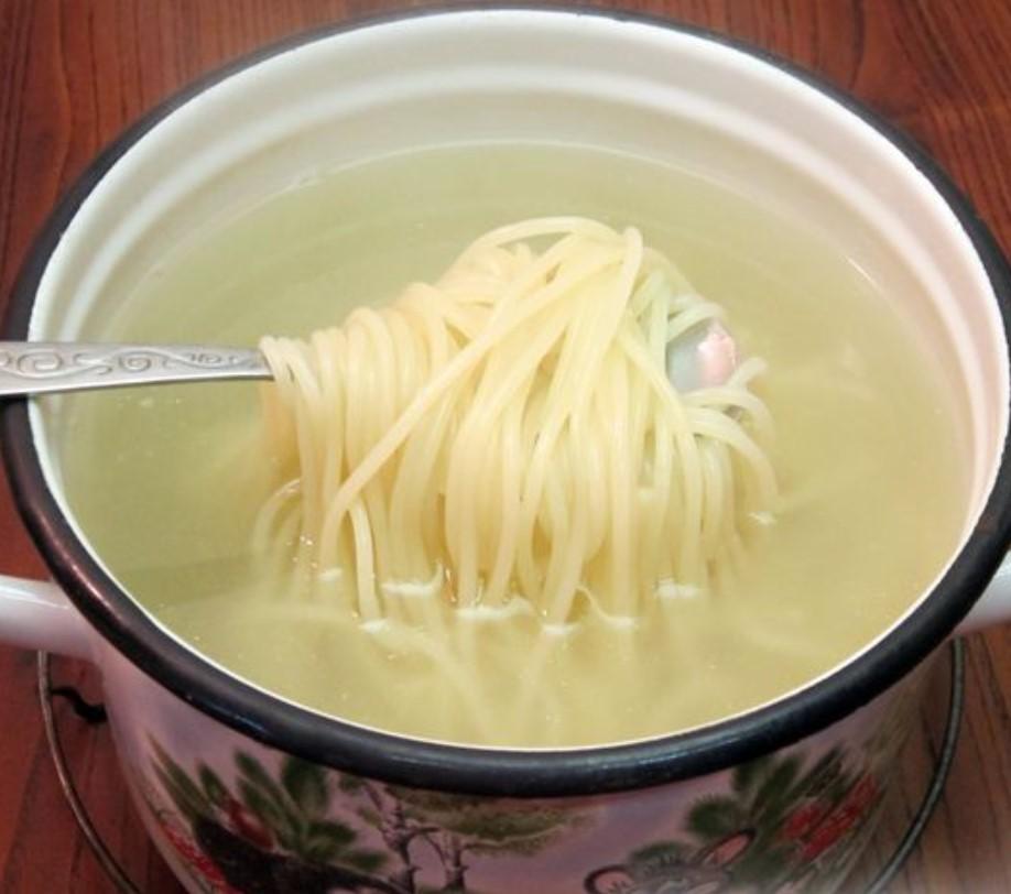 Отвариваем спагетти до готовности около 10 минут, после чего воду сливаем.