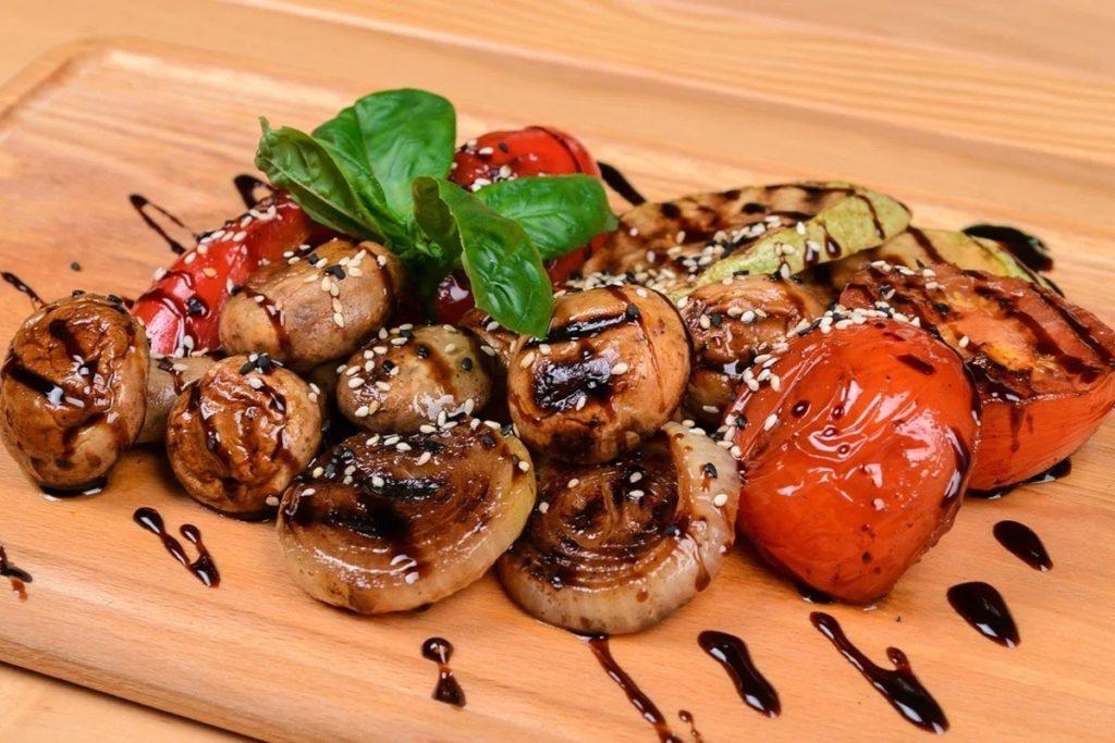 Пряные шампиньоны с овощами гриль