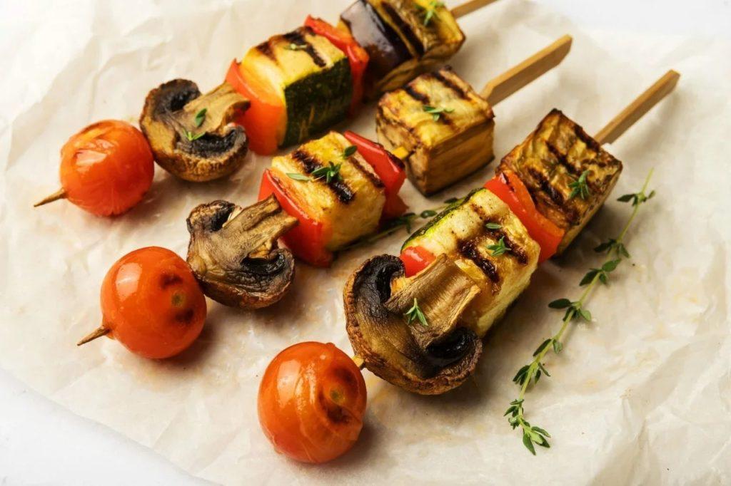 Шампиньоны на гриле на шпажках с овощами