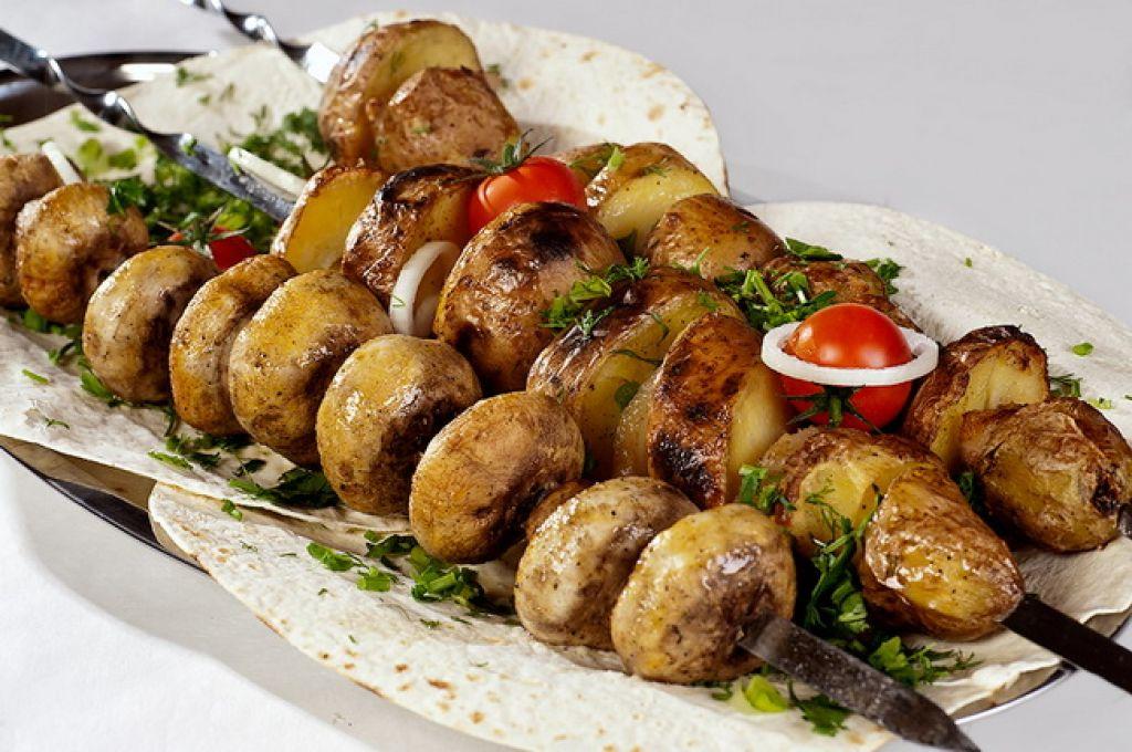 Шашлык из грибов, свежих шампиньонов, и овощей