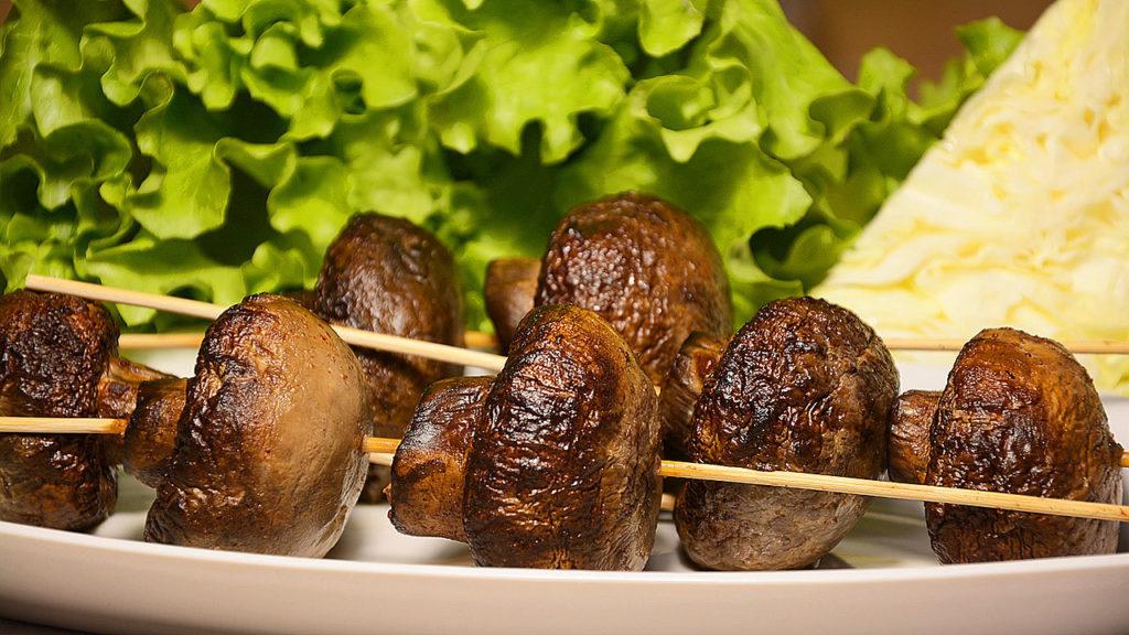 Шашлык из курицы и шляпок шампиньонов с картошкой сочный и поджаристый