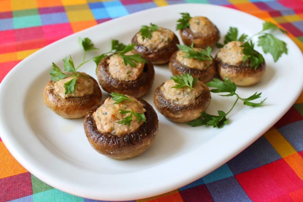 шампиньоны, фаршированные сыром и грибными ножками на сковороде