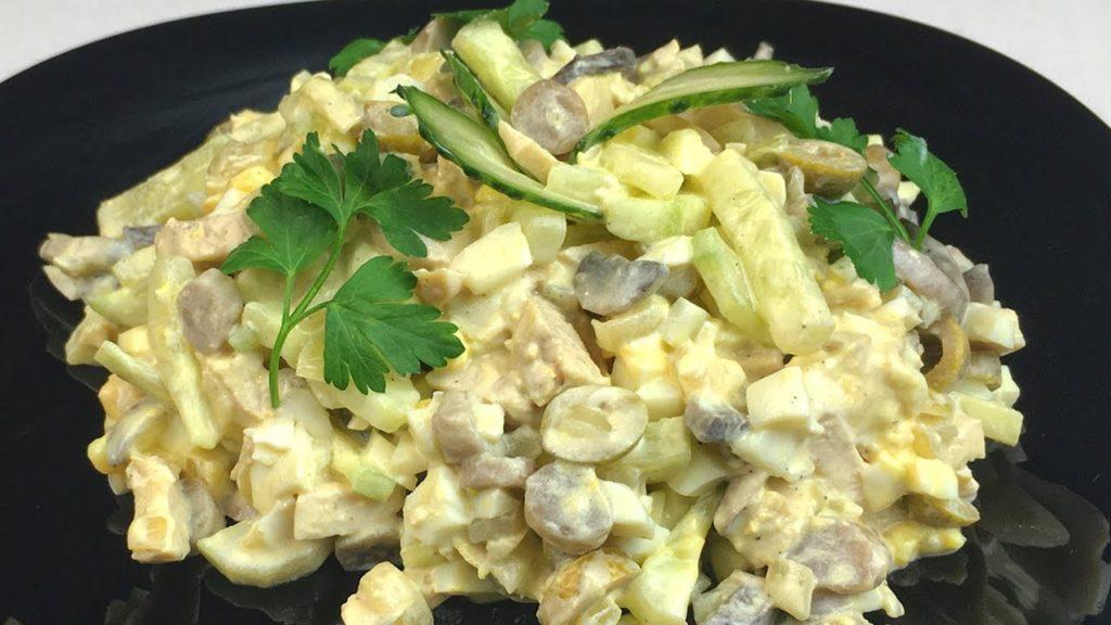 Классический салат с жареными шампиньонами